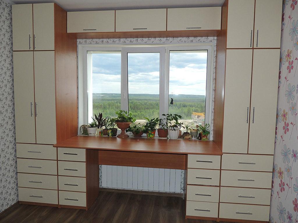 Шкафы вокруг окна, это удобно и экономит пространство в комн.